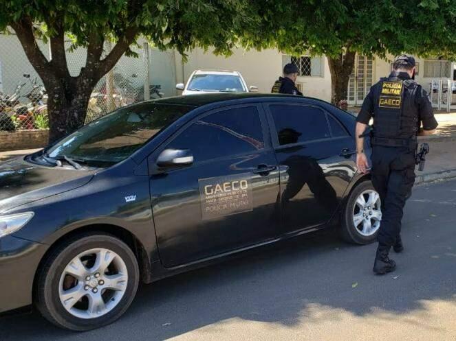 Gaeco em frente à 3ª DP (Delegacia de Polícia) de Três Lagoas, para onde presos foram levados (Foto: Ricardo Ojeda/Perfil News)