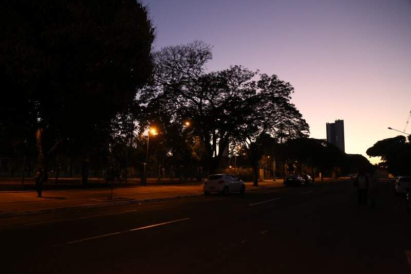 Em Campo Grande, o dia amanheceu com poucas nuvens no céu, vento e mínima de 13ºC. As temperaturas se elevam no decorrer do dia e atingem 28ºC. (Foto: Fernando Antunes)