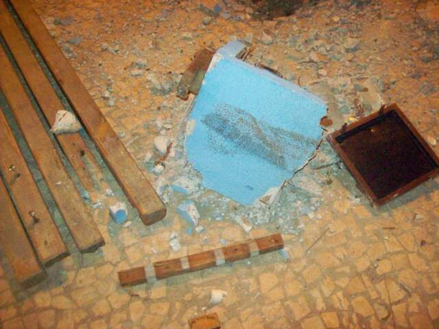 Banco de concreto e madeira foi completamente destruído (Foto: Ricardo Sanches de Oliveira/Repórter News)