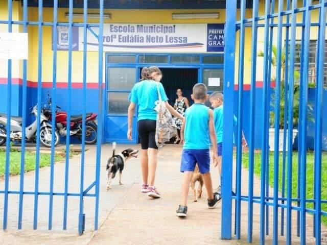Alunos entrando na Escola Municipal Prof ª Eulália Neto Lessa  (Foto:Arquivo)