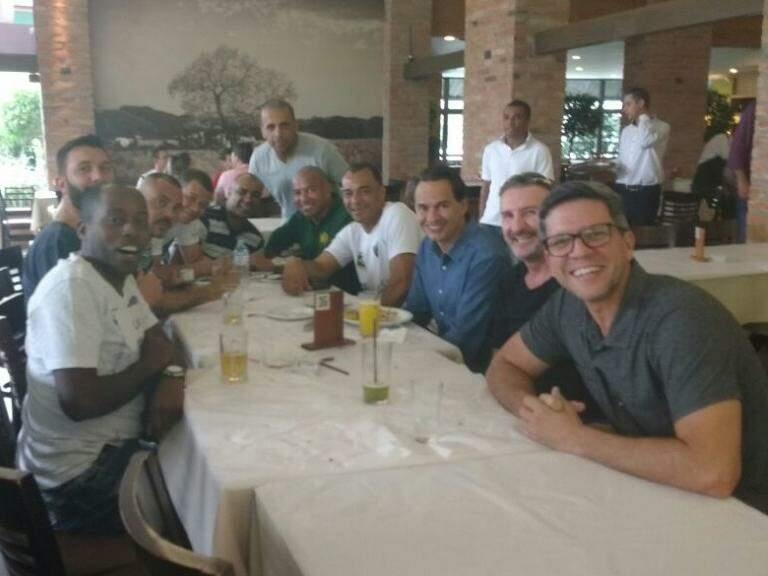 Após a chegada, Cafu e outras estrelas se reuniram com o prefeito Marquinhos Trad e o diretor-presidente da Funesp Rodrigo Terra (Foto: Amanda Bogo)