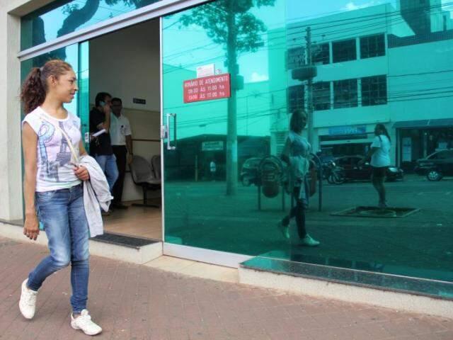 Liliana não resiste a um espelho. (Foto: Marcos Ermínio)