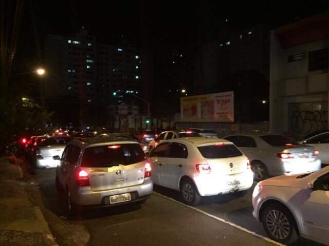Filas duplas e trânsito intenso acontecem sem fiscalização no local (Foto: Direto das Ruas)