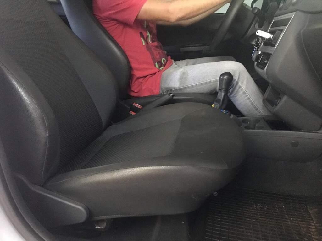 Passageira urinou no banco do carro e deixou o motorista bem descontente.