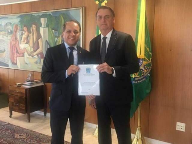 Carlos Alberto David dos Santos entregando ao presidente, documento com as demandas para o reaparelhamento do DOF. (Foto: Divulgação)