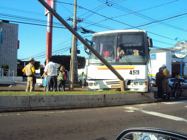 Ônibus quase derrubou poste de iluminação pública. (Foto: Nilma Diniz)