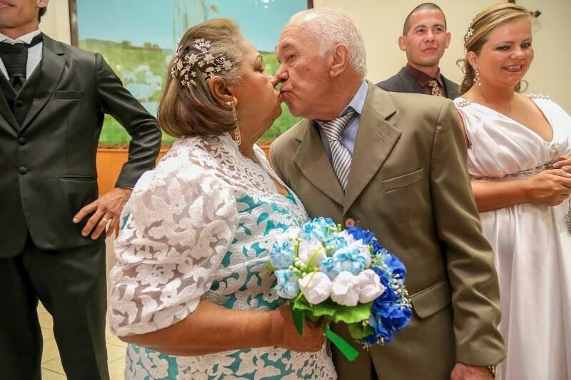 O beijo de recém-casados de Zilda e Francisco (Foto: Marcos Ermínio)