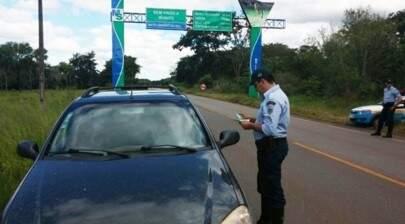 Policial militar durante abordagem em rodovia de MS. (Foto: Divulgação)