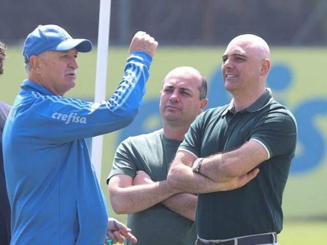 Técnico Luiz Felipe Scolari conversa com membros da direção do Palmeiras (Foto: Cesar Greco/Ag Palmeiras/Divulgação)
