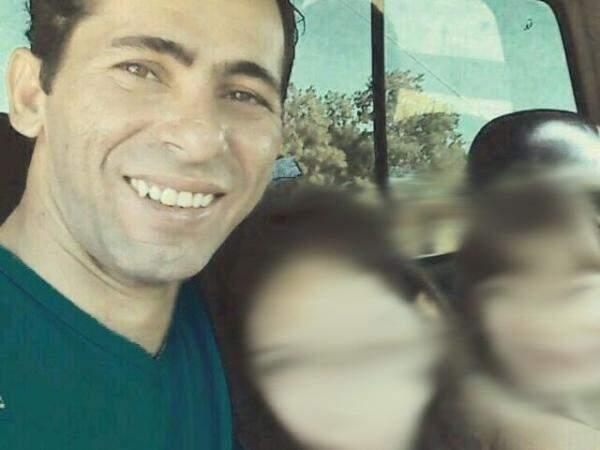 Claudemir, na foto, está acompanhado das duas filhas.