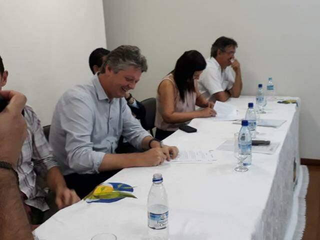 Verruck, pela Semagro, assinou acordo com Promotoria de São Gabriel do Oeste. (Foto: MPMS/Divulgação)