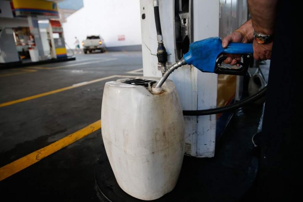 Galão sendo abastecido em posto de combustíveis (Foto: Agência Brasil)
