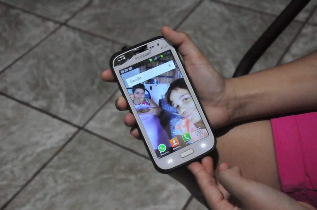 No celular , o papel de parede é lembrança da mulher guerreira que lutou, mas que se foi.(Foto: Paulo Francis)
