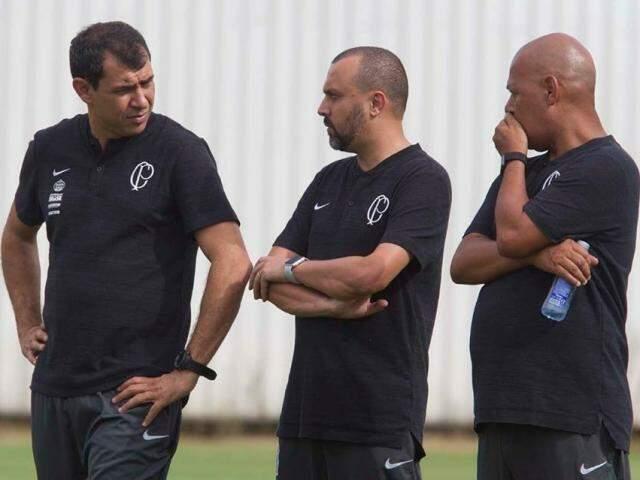 Técnico Fábio Carille (à esquerda) conversa com seus auxiliares durante treino (Foto: Corinthians/Divulgação)