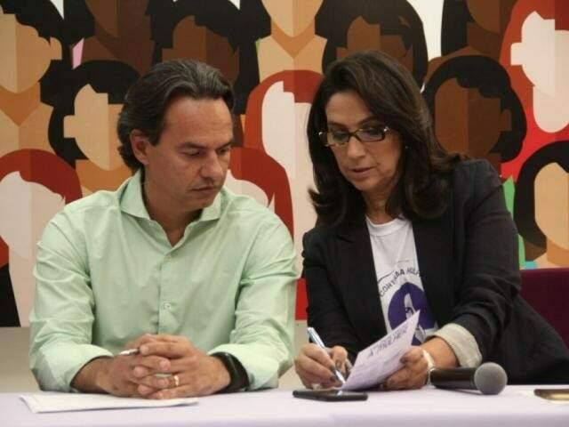 Marquinhos Trad e Carla Stephanini em reunião sobre a Casa de Mulher Brasileira em agosto de 2017 (Foto: Marcos Ermínio/Arquivo)