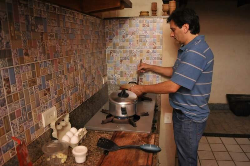Carlos adora cozinhar e reproduz o prato que marcou sua adolescência na varanda da casa onde os pais viveram (Foto: Alcides Neto)