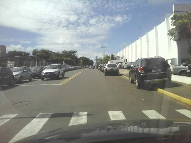 Carros são estacionados na calçada em local proibido (faixa amarela). (Foto: Marco Macedo)