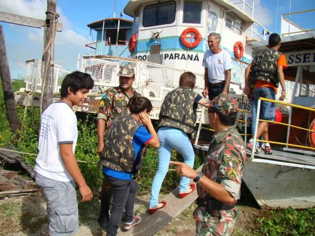 Alunos navegaram pelo rio Paraguai na embarcação. (Foto: Divulgação/PMA)