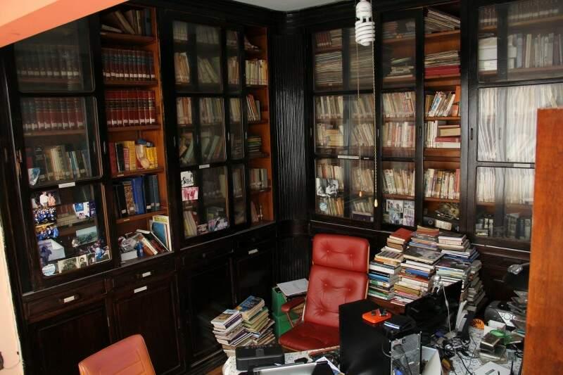 A biblioteca e a cadeira vermelha, um canto especial no apartamento. (Foto: Marcos Ermínio)