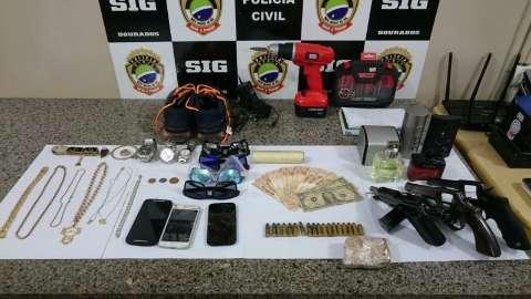 Dois são presos por participação em roubo de Camaro e caminhonetes