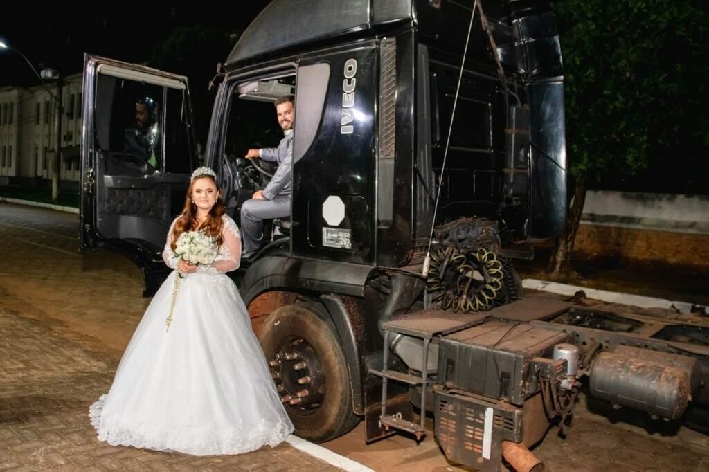 O noivo Thiago Sumaia dentro da cabine e Andressa em frente ao caminhão do tio (Foto: Yuri Marinho)