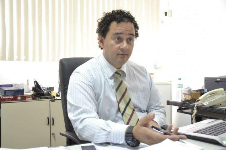 Delegado Wellington de Oliveira fala que estrangulamento tem característica forte de traição. (Foto: Mariana Lopes)