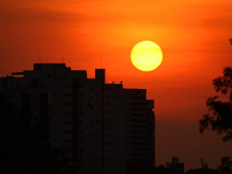 O sol nasceu cedo nesta manhã e a temperatura pode chegar aos 32°C. (Foto: Marcos Ermínio)