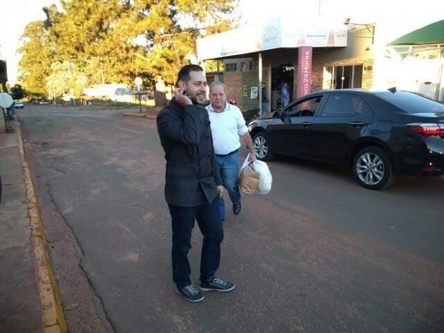Advogado José Roberto da Rosa com Airton de Araújo deixando Instituto Penal (Foto: Liniker Ribeiro)