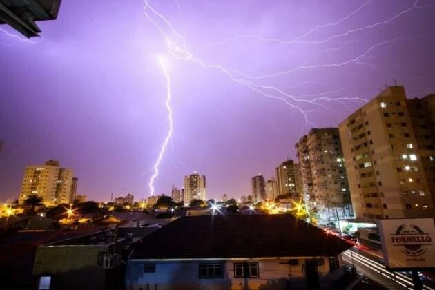 Céu de Campo Grande iluminado por queda de raios (Foto: André Bittar/ Arquivo)