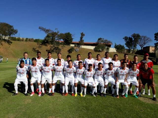 Jogadores do Seduc antes da bola rolar contra o Juventude nesta quinta (Foto: Seduc/Divulgação)