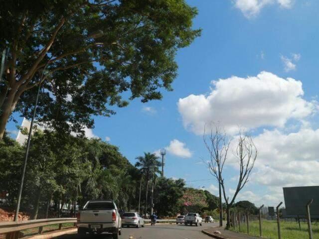 Céu ensolarado na região central de Campo Grande nesta quinta-feira (Foto: Marcos Ermínio)