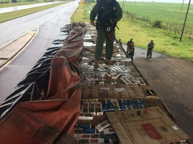 Caminhão lotado de cigarro paraguaio apreendido pela PRF (Foto: Divulgação)