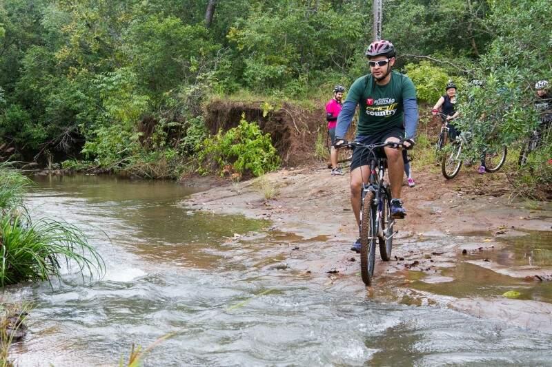 Rota inclui cruzar o Rio Varadouro, como faz aí na foto o Carlos Tiago. (Foto: Antonio Arguello)