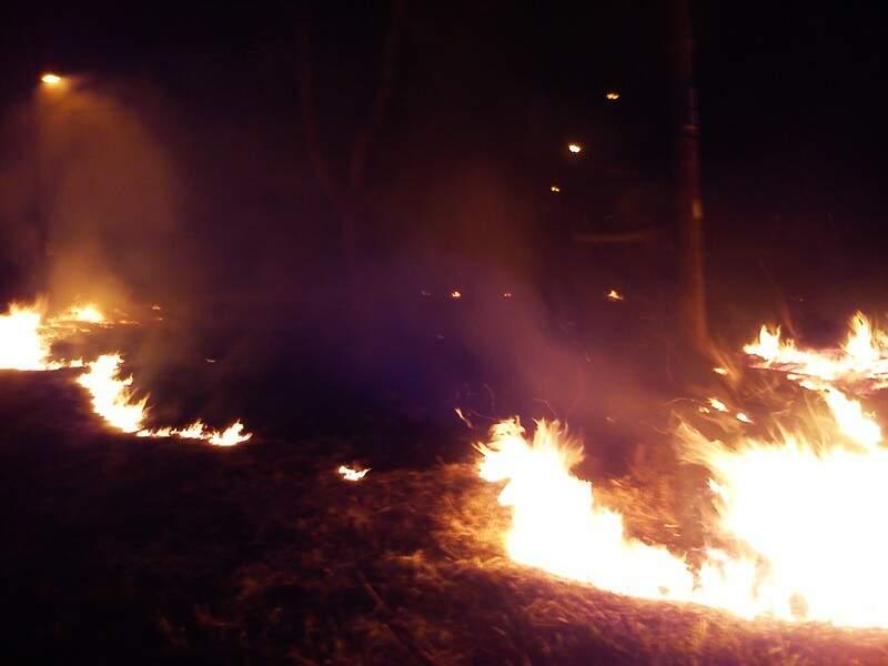 Fogo começou por volta de meia noite e as chamas ameaçavam atingir casas próximas. (Foto: Direto das Ruas)