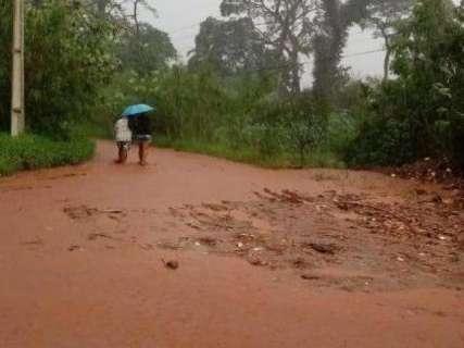 Em menos de 30 minutos, chuva faz córrego transbordar no Rita Vieira