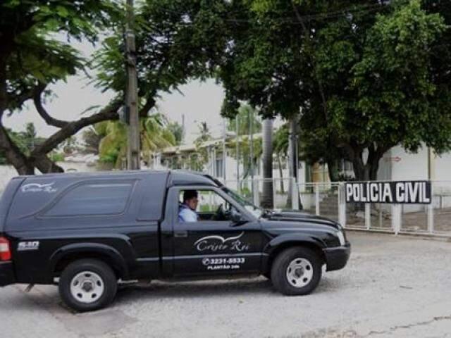 Funerária chegando ao Instituto Médico Legal com os dois corpos. (Foto: Anderson Gallo/Diário Corumbaense)