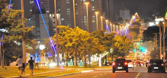Afonso Pena nos tempos de hoje. Decoração se concentra mais na Cidade do Natal e menos na avenida. (Foto: João Garrigó)