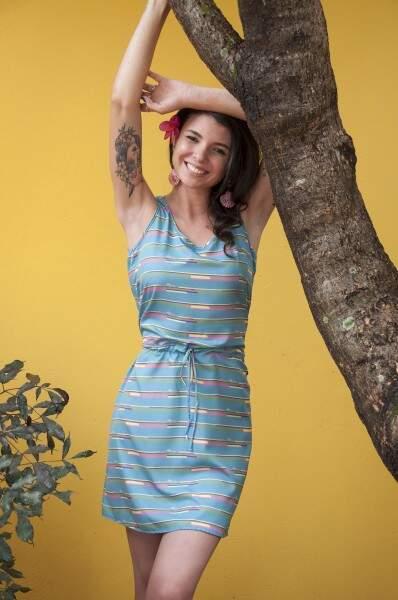 Os olhos de jacaré são sutis e combina com o estilo soltinho do vestido (Foto: Rafael Machado)