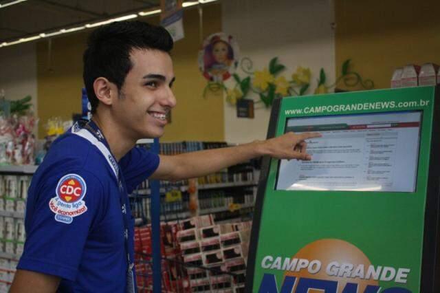 Estagiário do hipermercado, Fernando é uma dos colaboradores que acessam o site pelo equipamento. (Foto: Marcos Ermínio)