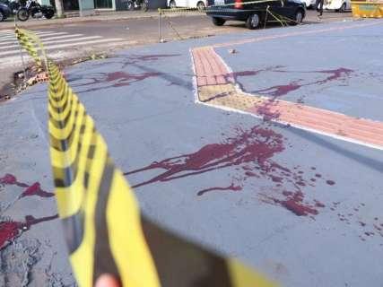 Homem encontrado esfaqueado em calçada morre na Santa Casa