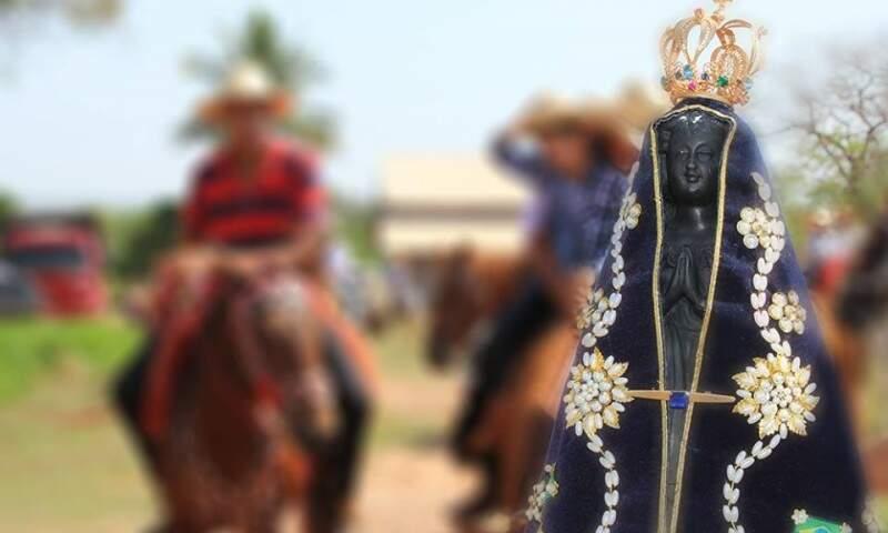 Fiéis seguem a cavalo até capela às margens da rodovia (Foto: Lucia Marta de Lira / arquivo pessoal)