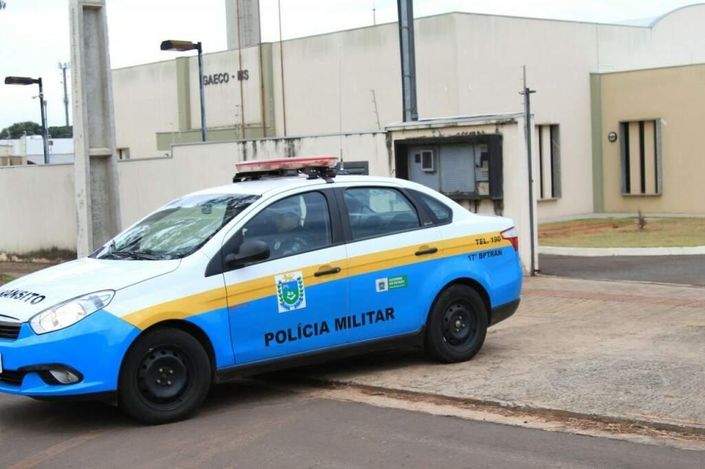 Viatura da Polícia Militar na sede do Gaeco no Parque dos Poderes (Foto: Marina Pacheco)