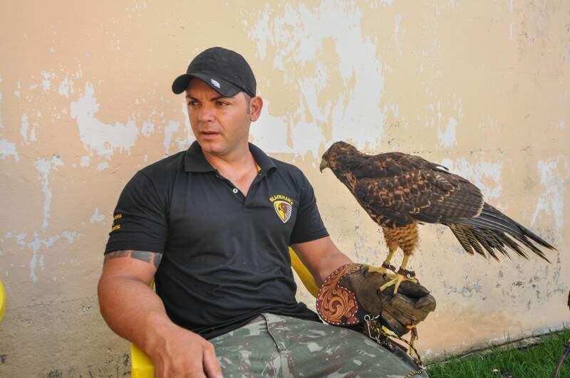 Eduardo diz que sempre gostou de aves e se interessou pelo assunto após começar a ler sobre a falcoaria. (Foto: Marcelo Calazans)