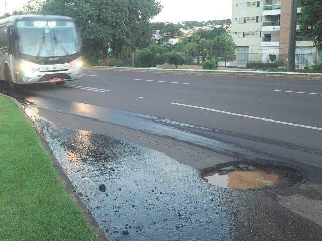 Desviar de buracos, rotina para condutores de veículos na maioria das vias de Campo Grande, pode começar a ser problema para quem passa pela Afonso Pena (Foto: Direto das Ruas)