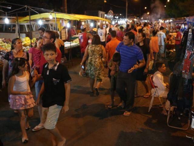 Longa e movimentada a feira atrai moradores de toda a região. (Foto: Marcelo Victor)