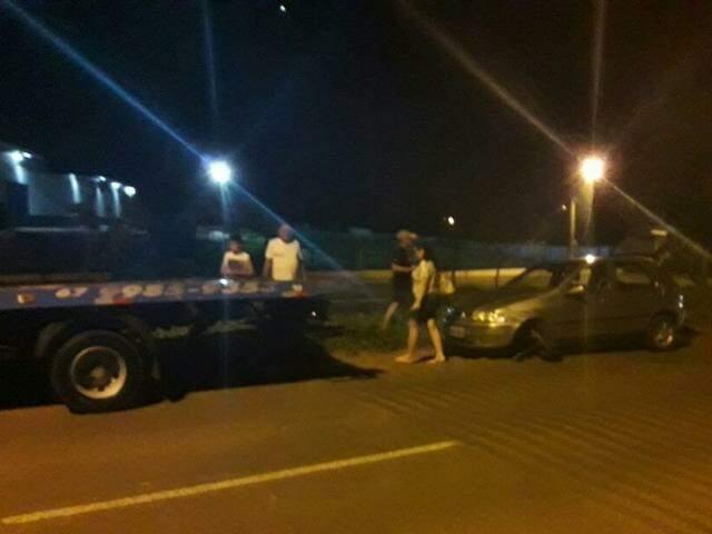O veículo Fiat Palio teve de ser rebocado do local. (Foto: Direto das Ruas)