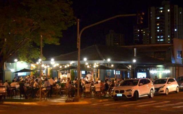 Esquina da Rua da Paz com a Rio Grande do Sul ganhou bar charmosinho. (Foto: Gustavo Maia)