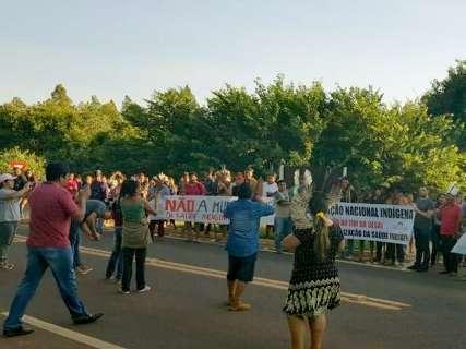 Índios bloqueiam a BR-262 contra municipalização da saúde indígena