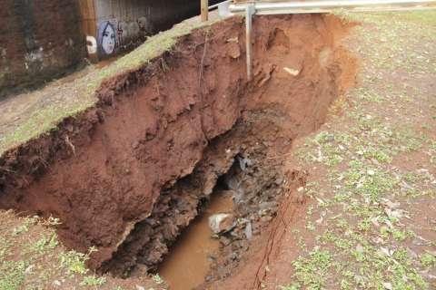 Erosão em margem de córrego aumenta após temporal na Ricardo Brandão