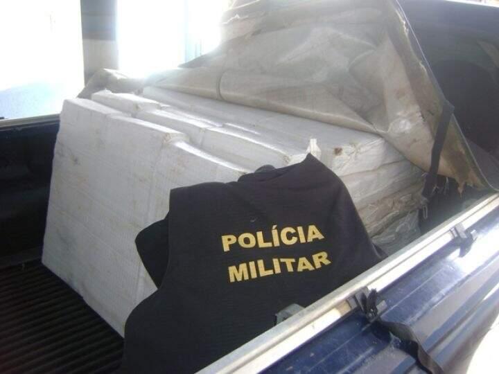 Maconha estava distribuída em fardos na carroceria do veículo. (Foto: Divulgação)